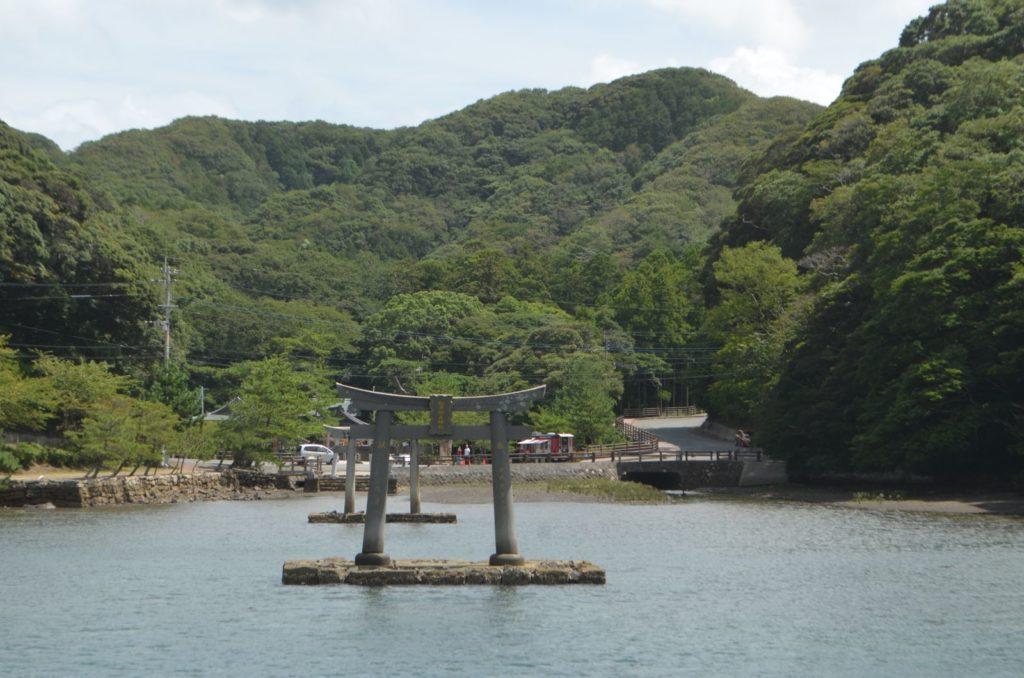 海上に鳥居がそびえる和多都美神社